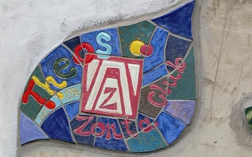 Zonta Kacheln an der Mauer der Theodor Heuss Schule